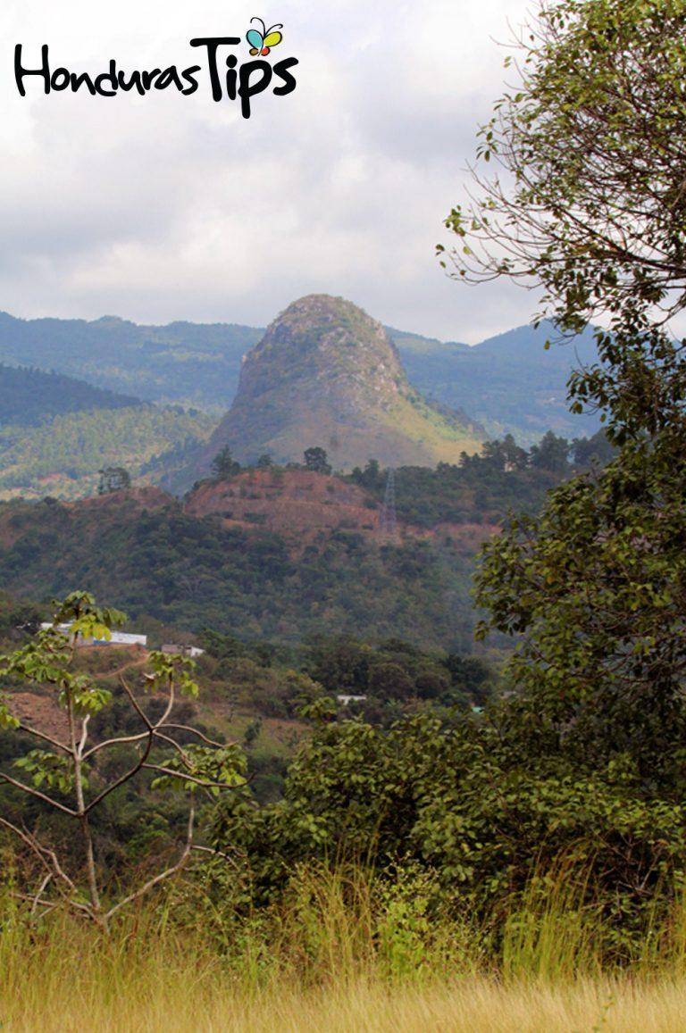 A pocos minutos de dejar la Frontera El Florido de Copán Ruinas, se encuentra en Jocotán, Guatemala, el volcán de piedra, una belleza natural, con mucho misterio.