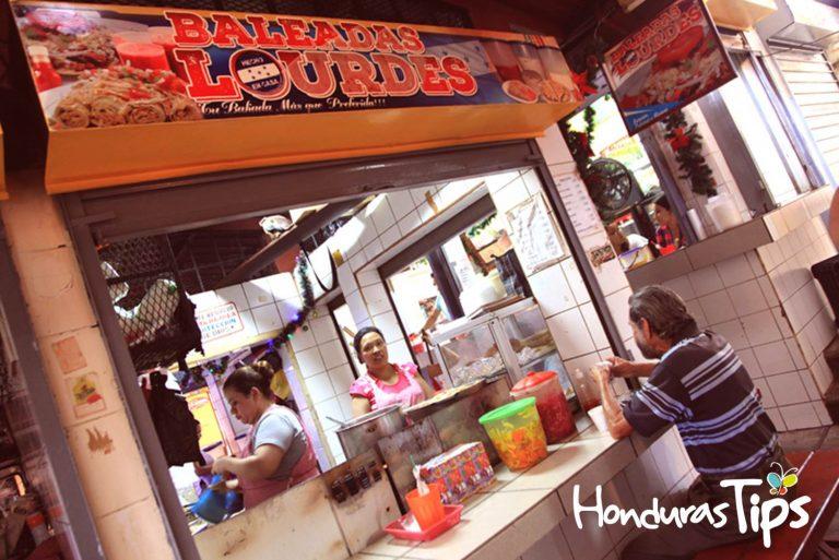 Este puesto recibe miles de visitantes a la semana, con el único propósito de degustar la baleada más grande Honduras.