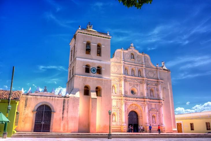 Honduras conserva las mejores iglesias coloniales de la región, con gente apegada al catolicismo y evangelismo.