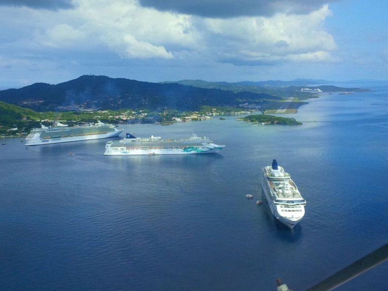 Además de recibir cruceros, Mahogany Bay cuenta con un centro de acogida de 20 hectáreas para los turistas que visitan la isla.