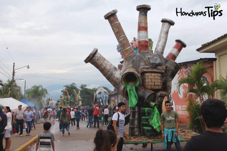 """La chimenea de """"contaminación"""" causo impacto entre los miles de asistentes."""