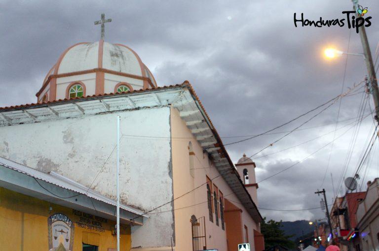 Parte superior de la antigua iglesia católica de Trinidad, Santa Bárbara.
