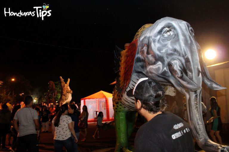En una noche fresca muchos disfrutaron del arte de las Chimeneas Gigantes.