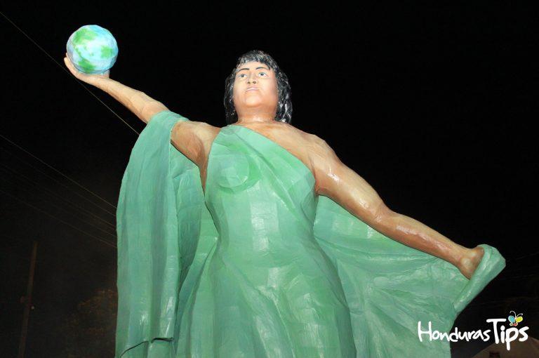 El acto de la quema de la Chimenea de Bertha Cáceres fue el más emblemático de la noche.
