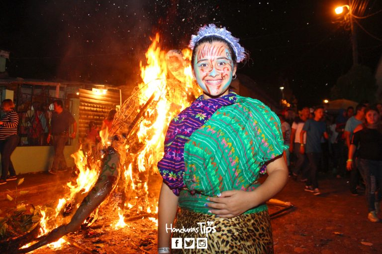 La quema de las chimeneas fue dramatizada por jóvenes de Teatro La Siembra, quienes también las pensaron y construyeron.