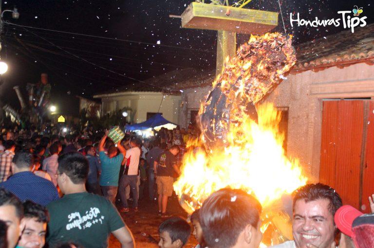 Las Chimeneas Gigantes fueron quemadas desde las 10:30 PM hasta las 11:30 PM del