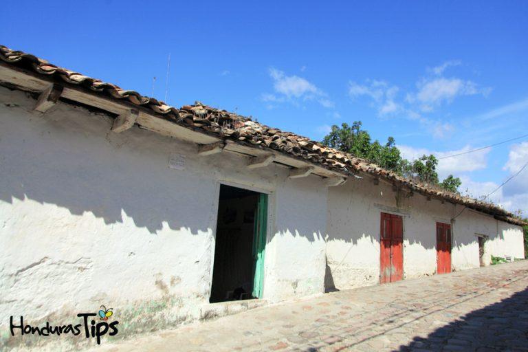 Los tejados contrastan con la blancura de sus paredes.