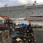 Los cruceristas bajan a tierra para disfrutar de los atractivos y la gastronomía de Roatán.