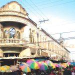 Muchos vendedores rodean el antiguo Instituto San Miguel Arcángel