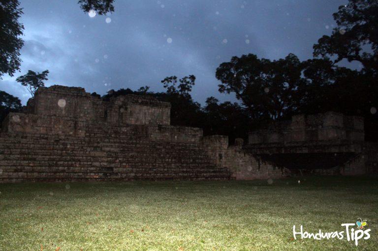 Una noche de lluvia en el Parque Arqueológico Copán Ruinas...Maravilloso.