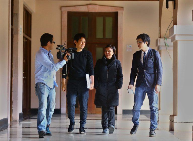 Productores y presentadores de Nippon Television recorren Honduras investigando la producción del cacao.