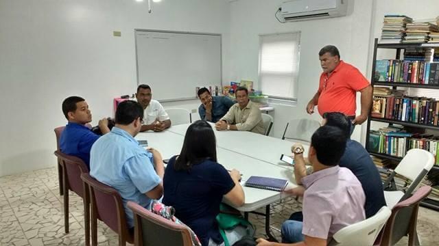 Autoridades del BID y municipales de Guanaja en una reunión para arrancar el proyecto de energía renovable en la isla.