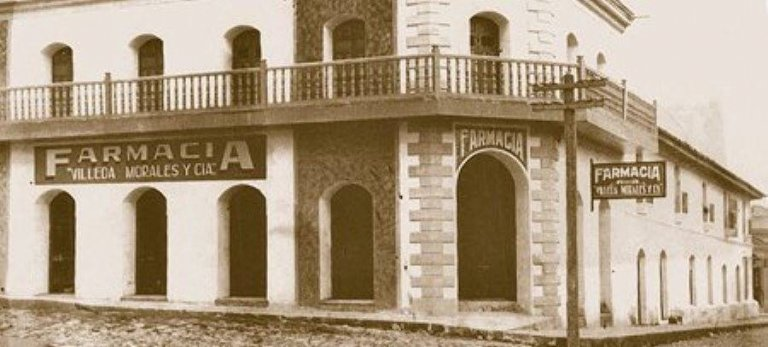 Edificio de la Farmacia Villeda Morales de Santa Rosa de Copán, propiedad de la familia del ex presidente hondureño, Ramón Villeda Morales. Muro Miguel Villeda.