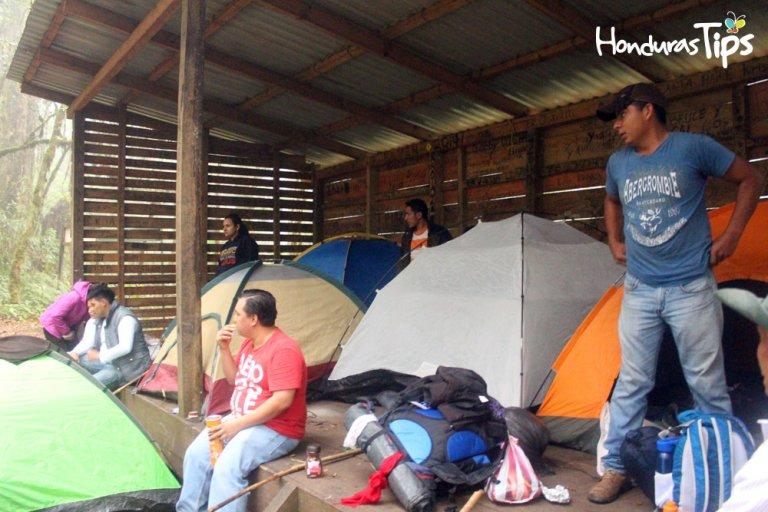 La montaña tiene tres campamentos donde quedarse.