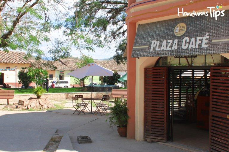 Plaza café en el corazón del parque central.