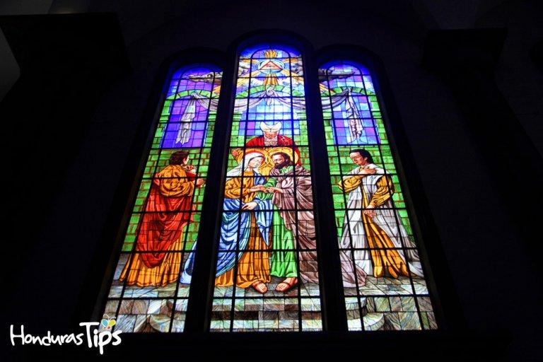 Cada uno de sus hermosos vitrales muestra una historia diferente, donde aparte de servir como decoración cuentan la vida de los personajes que en ellos se reflejan.