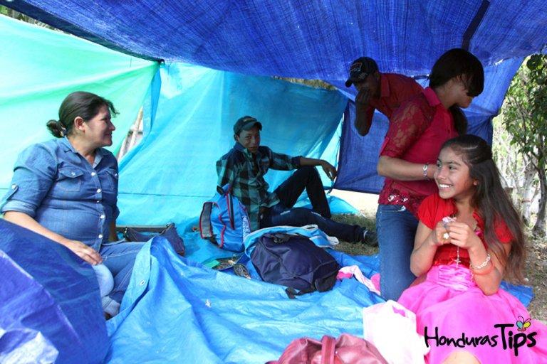 Algunos feligreses hacen campamento a las afueras de la basílica de Suyapa.
