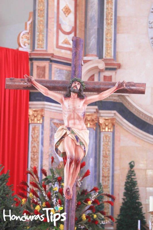 En el interior de la basílica de Suyapa hay una representación de Cristo crucificado.