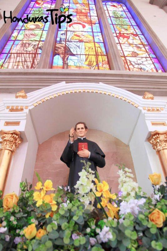 La escultura de San Juan Bosco es una de la más importantes y representativas, gracias a que él fundó la Congregación Salesiana y trabajo en pro de la niñez y juventud de América Latina y Europa, motivo por el cual fue canonizado por el Pontífice Pío XI en abril de 1934, otorgándole el 31 de enero para celebrar su día.