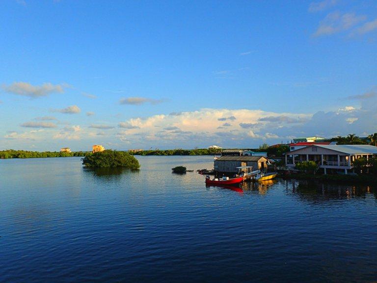 Teniendo en cuenta que he pasado un total de ocho semanas de vida y buceo en la isla tropical de Utila, he escrito sorprendente poco sobre esta experiencia.