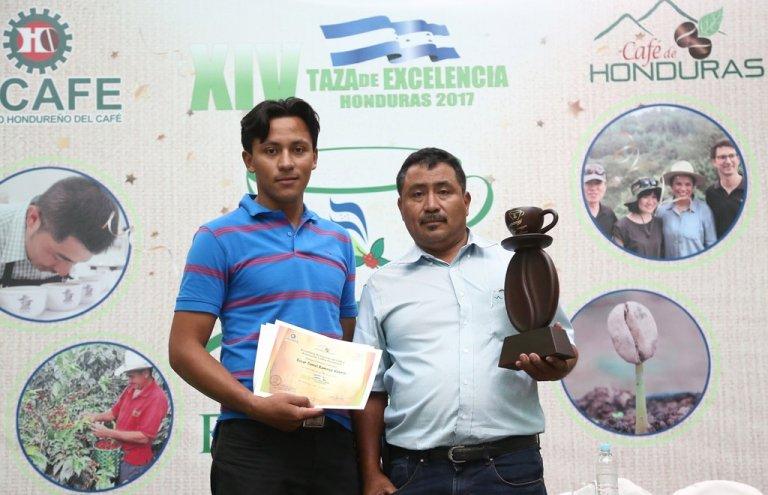 Don Óscar y su hijo al recibir el premio Taza de Excelencia 2017