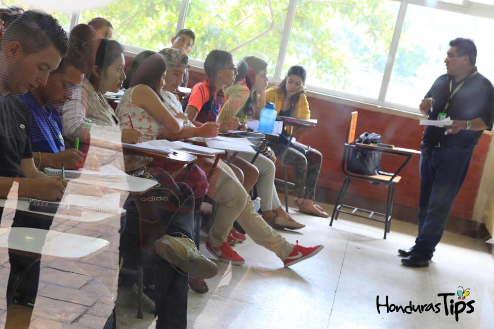 Aula de clases en la UNAH