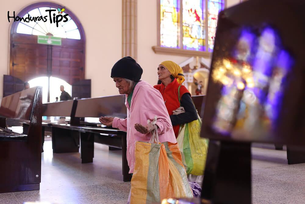 Juana Espinoza cumplío su promesa y entro a la basílica de rodillas.