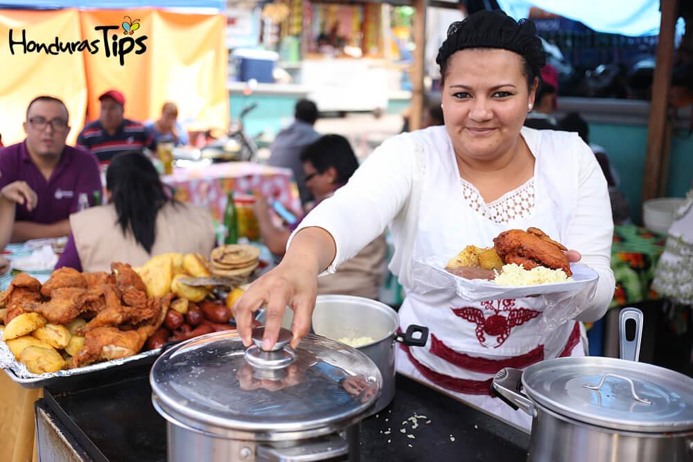 Los hondureños se complacen en servile su favorito platillo catracho.