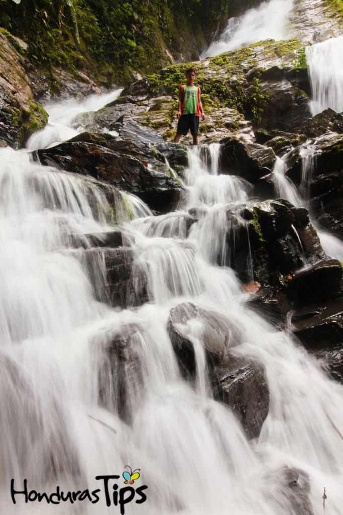 Las personas que se toman la tarea de recorrer minuciosamente las tierras catrachas se encontrarán con grandes riquezas naturales, entre ellas esta imponentes cascadas.
