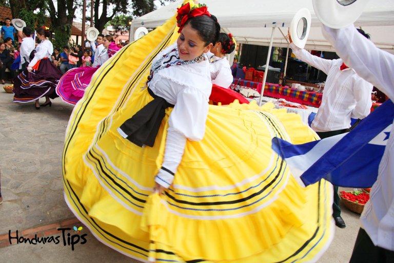 Danza folclorica, traje tipico