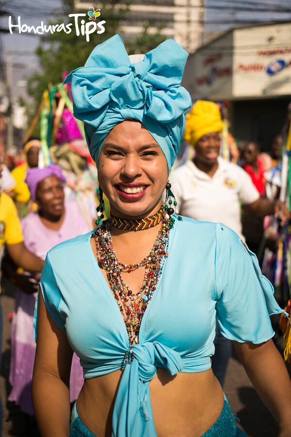 La vestimenta de los garífunas resalta por sus colores llamativos.