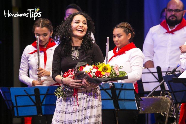 Shirley Paz se unió al concierto con su talentosa voz.