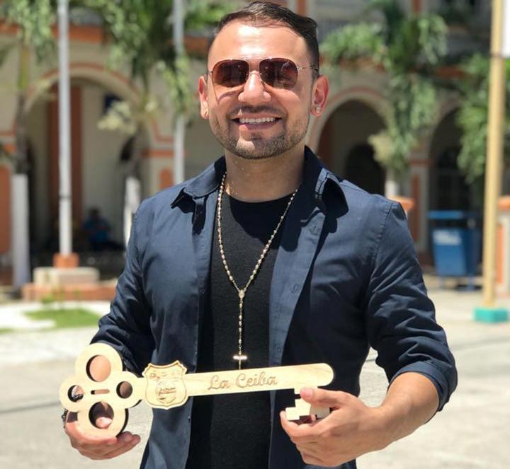 Tailo Cruz cuando recibió las llaves de la ciudad en La Ceiba.