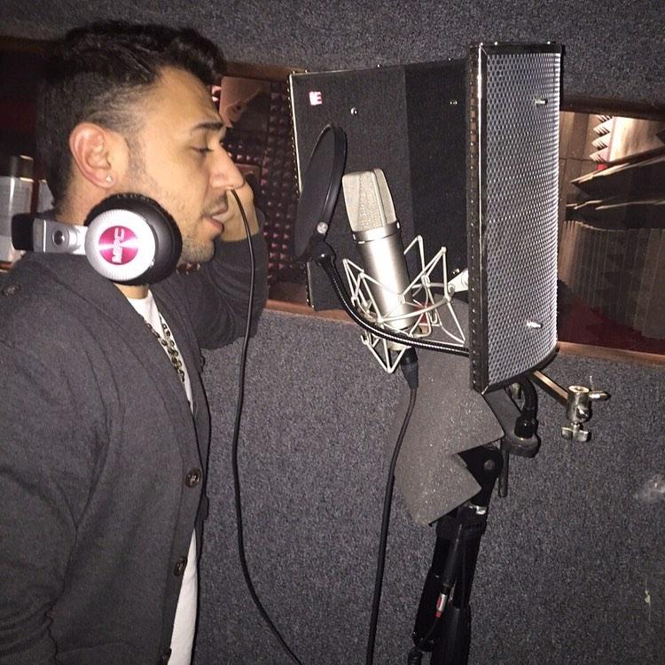 El hondureño en un estudio de grabación.