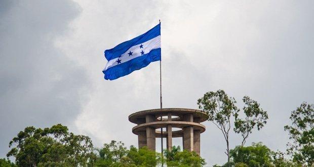 La Bandera Nacional de Honduras izada.
