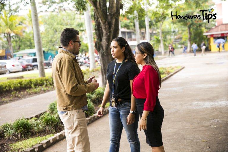 Los voluntarios brindan charlas en los pasillos para crear más agentes de cambio.