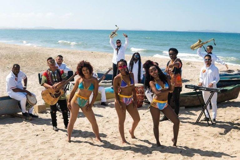El grupo musical demuestra la raíces del ritmo punta con mezclas tropicales.