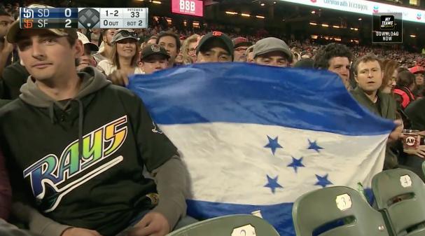 La bandera de Honduras se hizo presente para apoyar a Dubón.