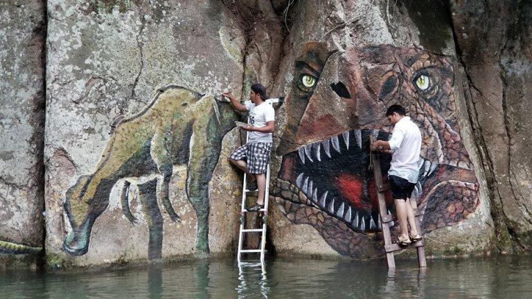 Los artistas hondureños al momento de crear cada mural.