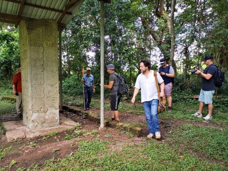 Giorgio A. Tsoukalos recorrió varios sitios arqueológicos de Copán Ruinas.