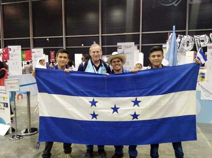 La bandera cinco estrellas se hizo presente en el evento.