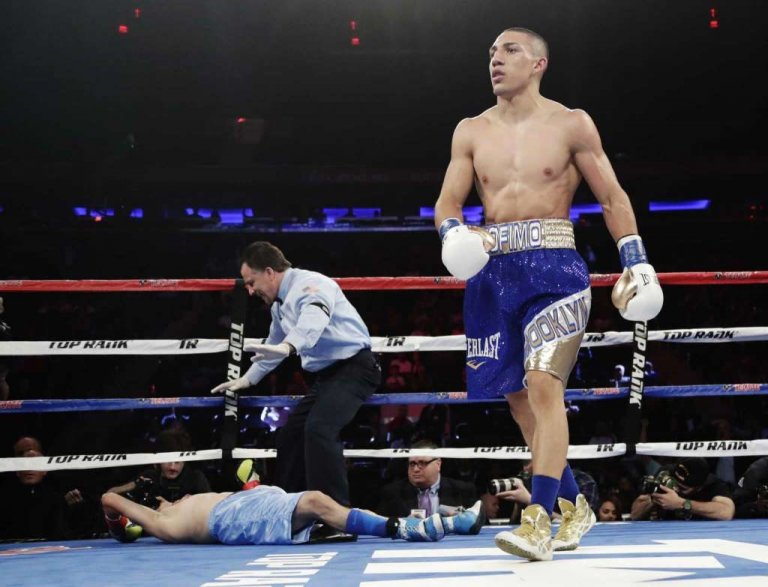 El boxeador de origen catracho al momento de desplomar a su rival.