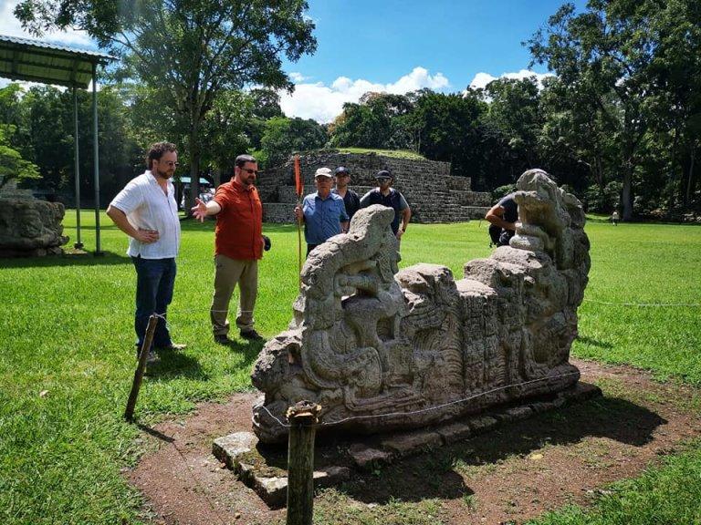 El ufólogo conociendo monumentos y estelas de los mayas.