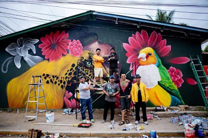 Colorido y lleno de vida fue el grafiti que realizaron estos jóvenes