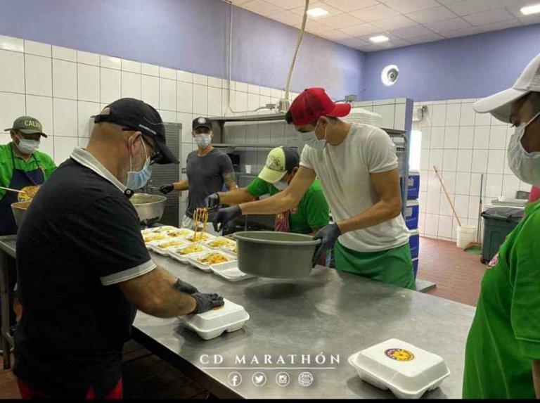 Presidente y futbolistas del club marathón entregan comida