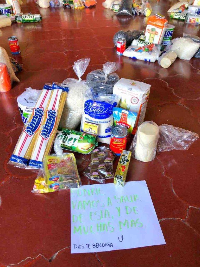 Las donaciones son bien distribuidas y llevan mensajes de esperanza.