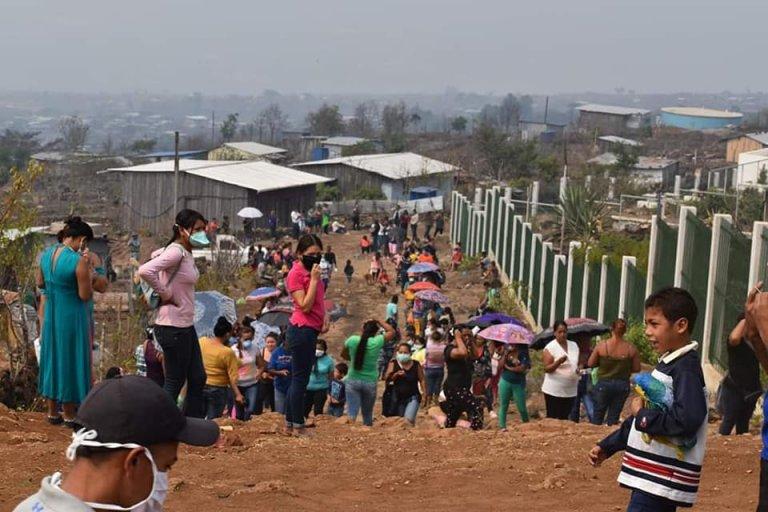 Familias reciben ayuda por parte de este voluntariado.