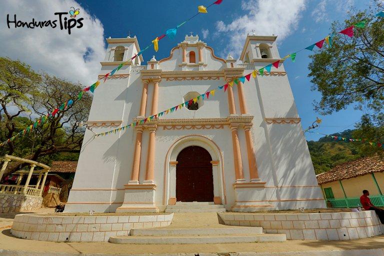Esta hermosa comunidad posee un templo católico, el cual fue el primero en contar con tres cúpulas en el año 1900.